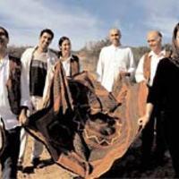 Marokkói zsidó arab hangszereken európai szefárd dalokat énekel