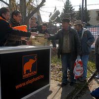Csányi Sándor segít a hajléktalanokon