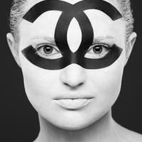Fekete-fehér maszkok mögé bújtak a lányok
