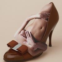 Meztelen testek szorultak a cipőkbe