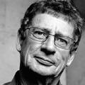 Repülőgép fedélzetén hunyt el a híres író
