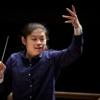Egy 28 éves lány nyerte a karmesterversenyt