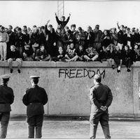 Fénylufikból épül az új berlini fal