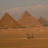 A piramisok titkairól mesél a rejtélyes parókás férfi
