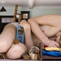 Alig fér el otthonában az órási férfi
