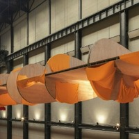 Repülőgépszárnyak lebegnek a múzeumban