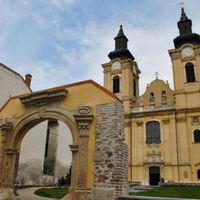 Leomlott a székesfehérvári bazilika homlokzatának egy része