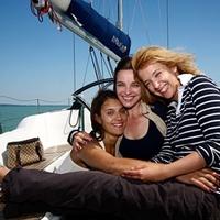 A magyar rendező és a három gyönyörű színésznő egy hajóban evezett