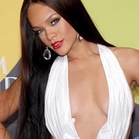 Rihanna kirakta kemény, duzzadt kebleit