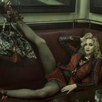 Madonna kihívó, erotikus pózban terpeszt