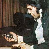 Lehet élni Elvis fegyverviselési engedély-kérelme nélkül?