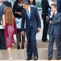 Leleplező fotó! Obama és Sarkozy egy formás női hátsót bámultak a G8-csúcson