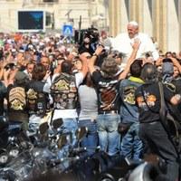 Kalapács alatt a pápa motorja