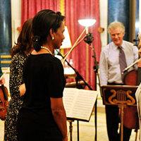 A királynőnek zongorázott a külügyminiszter