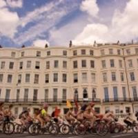 Meztelen biciklisták sokkolták a várost fényes nappal - fotó