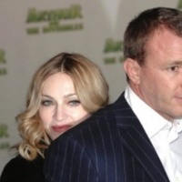 Madonna és volt férje pucéran, pénzért