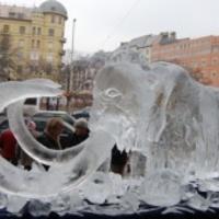 Jégszobrok teremtenek Párizsban