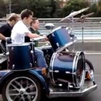 Egy autópálya kellős közepére költöztek ki a rockerek (Videóval)
