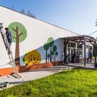 Mesebeli táj az iskolafalon