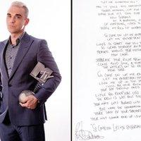 Robbie Williams megválik ruháitól
