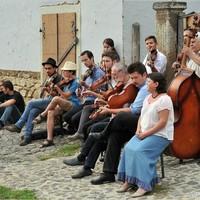 Zenészek lepik el Szentendrét