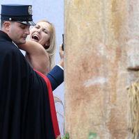 A félmeztelen Femen-aktivisták karácsonykor sem pihennek