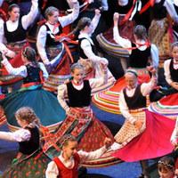 Dübörög a folklór az Arénában
