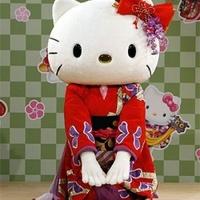 Fehér Kitty drágaköveket visel - és semmi mást