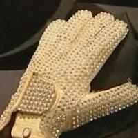 Nézze meg, kié lett 350 ezer dollárért Michael Jackson strasszos kesztűje! Videóval