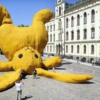 Gigantikus állat uralja a főteret