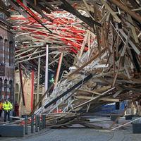 Összedőlt a 16 méter magas installáció
