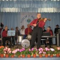 Színpadon halt meg az énekes a vidéki fesztiválon!
