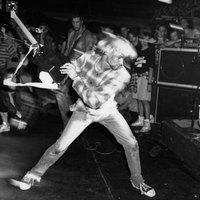 100.000 dollárért kelt el Kurt Cobain összetört gitárja