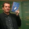 A bestseller szerzője nem hadakozik tovább a miniszterelnökkel