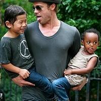 Meglepetés: Brad Pitt betoppant az óvodába