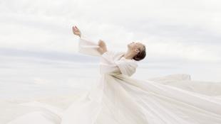 Elképesztő ruhák – Harcsa Veronika új műfajt teremtett