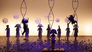 Szürrealista álom Dalíval a háttérben