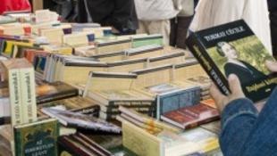 Az emberek nem veszik, csak nézik a könyveket