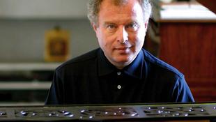 Telefoncsörgés zavarta meg Schiff András zongorajátékát