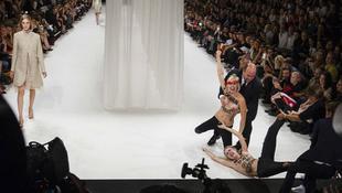 Meztelen tüntetők zavarták meg a divatbemutatót
