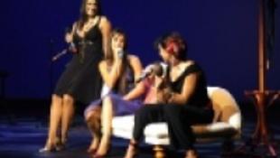 Egy színpadon dalol Papadimitriu Athina és lánya