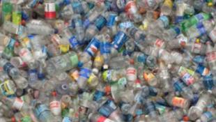 Gigantikus műanyagkamion foglalta el a sportpályát