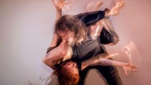 Testek tánca - csóktól a kitörésig