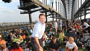 Többezren ültek le a hídon reggelizni