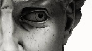 Ráncok borítják Dávid arcát