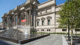 Új színben a Metropolitan előtti tér