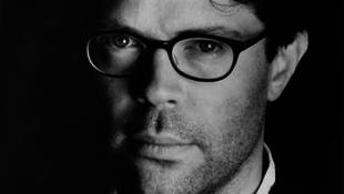 Bezúzták a könyvét, majd túszul ejtették a világhírű író szemüvegét
