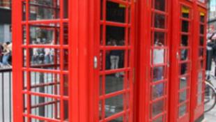 Örkény álma valósággá vált- beszélő telefonfülkék Angliában
