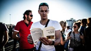 Olvasással tüntetnek a törökök