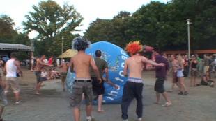 Földlabdával hajigáltak a koncert után
